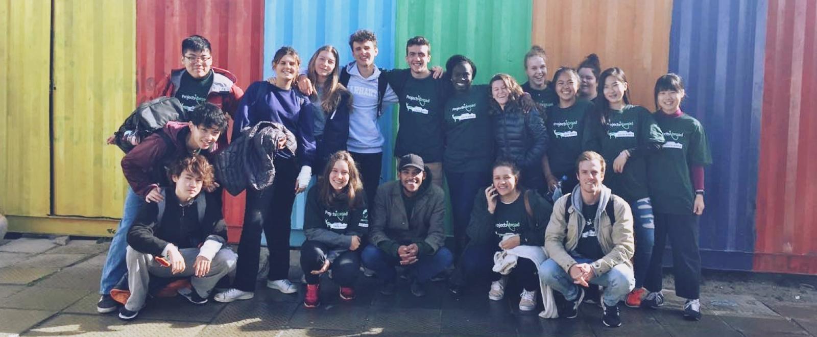 南アフリカ共和国で活動中の伊藤百花さんと仲間の高校生ボランティア